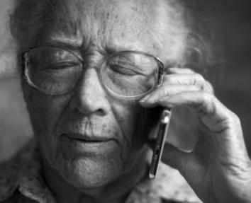 Ältere Frau mit Smartphone am telefonieren als Symbolbild für die Verwendung von Technologie in der Generation 65+