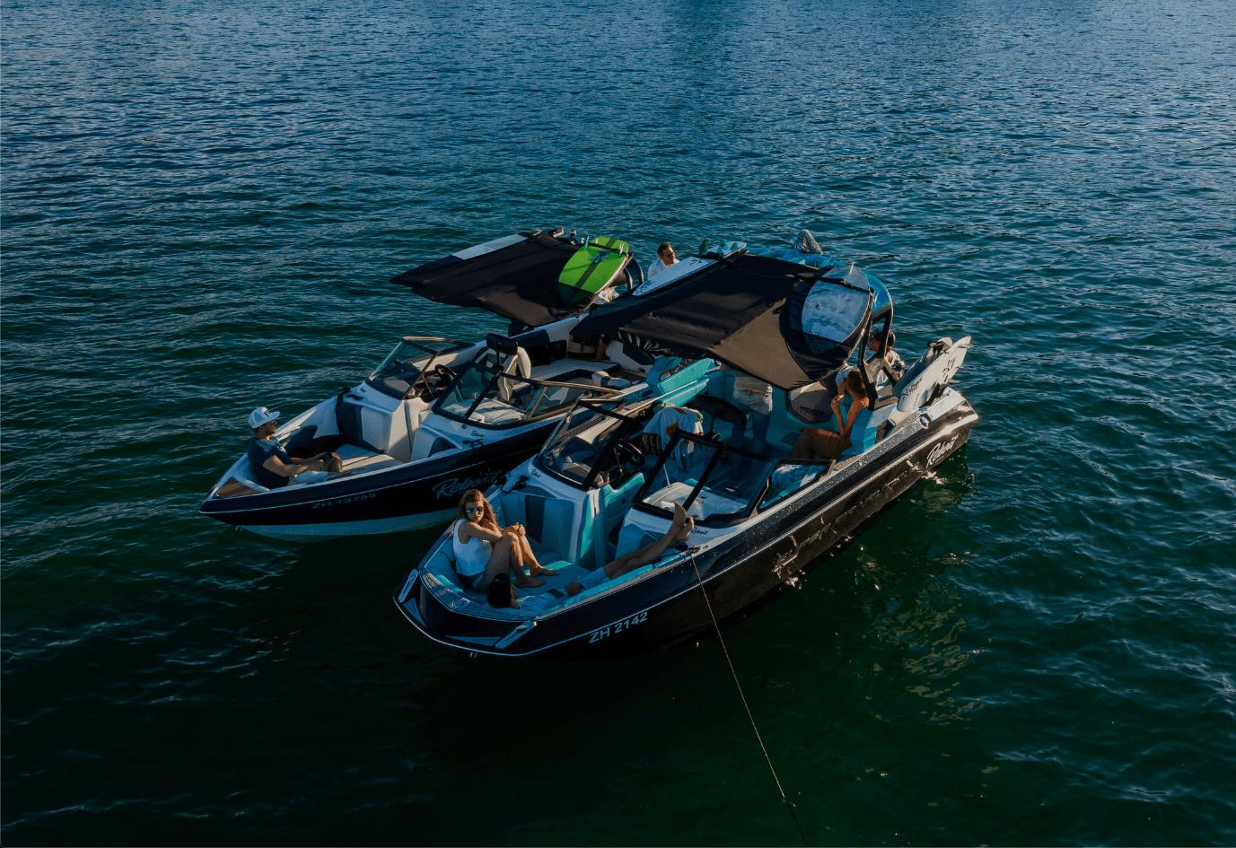 Boote von Reboate mit Menschen