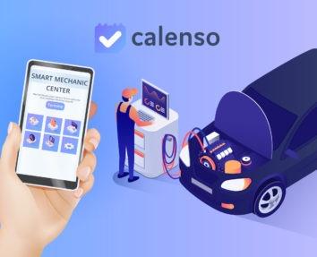 Digitalisierung in der Automobilbranche mit Calenso online Terminvereinbarung, Handy mit Smart Mechanic Center zum Service Termin buchen, Mann im Hintergrund, welcher am PC das Auto Checked